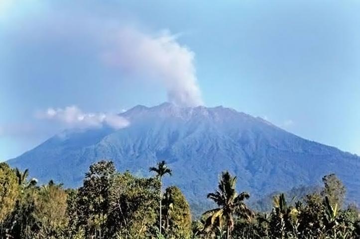Erupsi Gunung Raung Meningkat, Keluarkan Asap Setinggi 1000 Meter