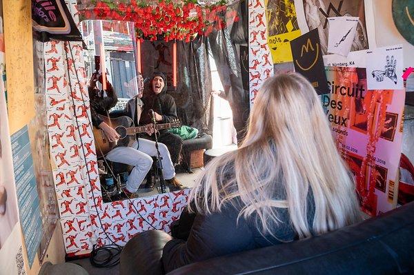 Sebuah Konser di Mini Van