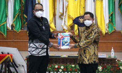 Menteri Tito Berikan Penghargaan Kepada Anggota BPK