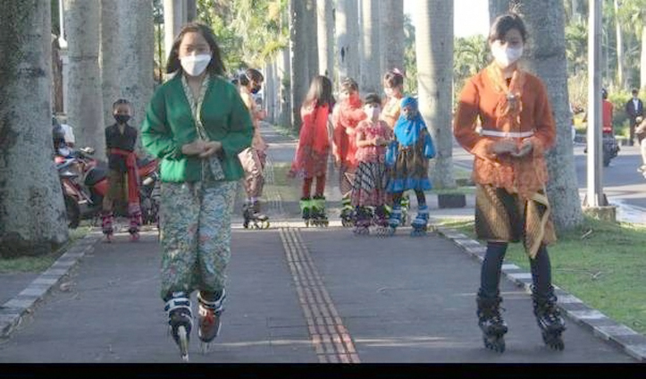 Peringati Hari Kartini, Komunitas inline skate kota Malang Beratraksi Kenakan Kebaya