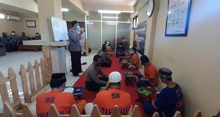 Tahanan Polda Jatim Ikuti Program Tahjil Ramadhan
