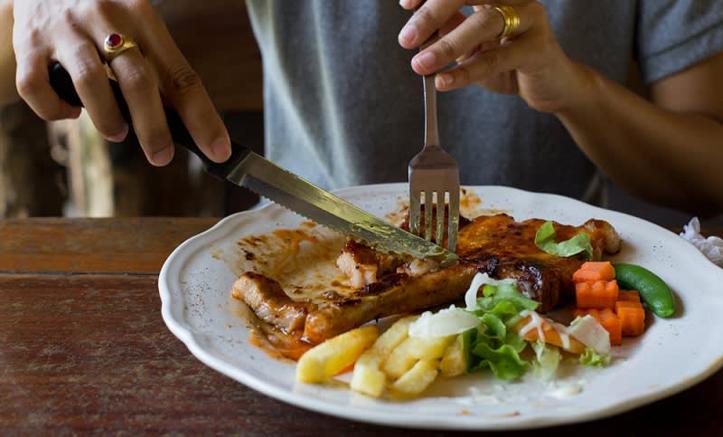 Waktu yang Tepat Untuk Makan Malam Selama Ramadan