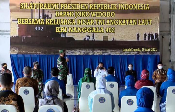 Presiden Jokowi menemui keluarga awak KRI Nanggala 402 yang gugur tenggelam di perairan utara Bali Pertemuan berlangsung di Hanggar Lanud