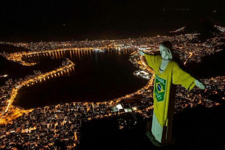 Patung Yesus Disinari Proyektor Dalam Perayaan Olimpiade 2021