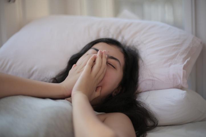 Tidur Kacau Saat Ramadan? Ini Akibatnya Bagi Kulit Wajah
