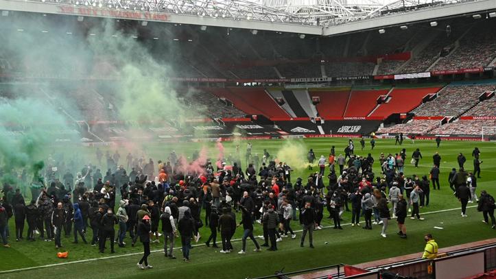 Pertandingan MU vs Liverpool Ditunda Karena Ricuh di Old Trafford