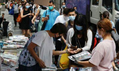 Antrian Panjang Untuk Membeli Edisi Terakhir Apple Daily
