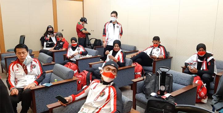 Tiga atlet Indonesia dari cabang olah raga angkat besi dan rowing untuk Olimpiade Tokyo tiba di bandara Narita Tokyo