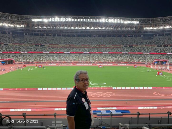 Dubes RI untuk Jepang Heri Akhmadi menyaksikan langsung perjuangan Saptoyogo Purnomo di Olympic Stadium, Tokyo Jumat (27/8). Foto KBRI Tokyo