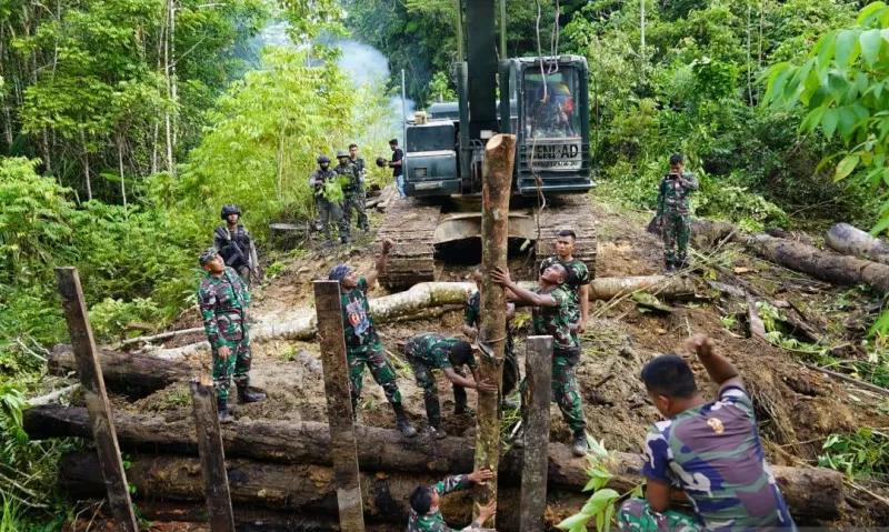 TNI-Polri Perbaiki Jembatan yang Dirusak KNPB