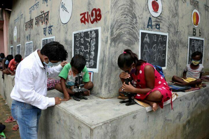 Guru di Desa Terpencil India Rubah Tembok Rumah Jadi Papan Tulis