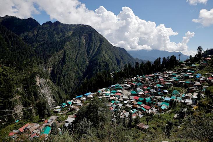 Perjuangan Nakes India Vaksinasi Warga di Desa Terpencil